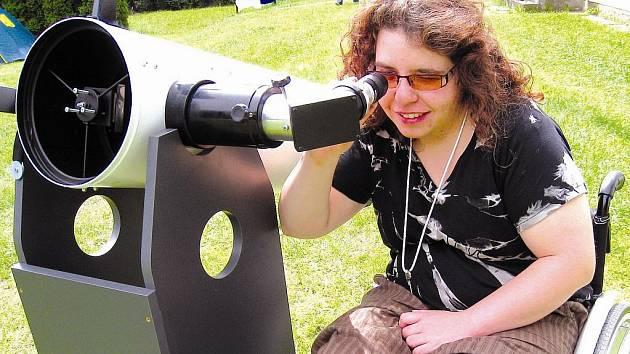 STUDENTKA OBCHODNÍ AKADEMIE v Janských Lázních  Jana Brodská je ráda, že se může zúčastnit expedice na hvězdárně. K dispozici má i dalekohled, což je pro ni velká vzácnost.