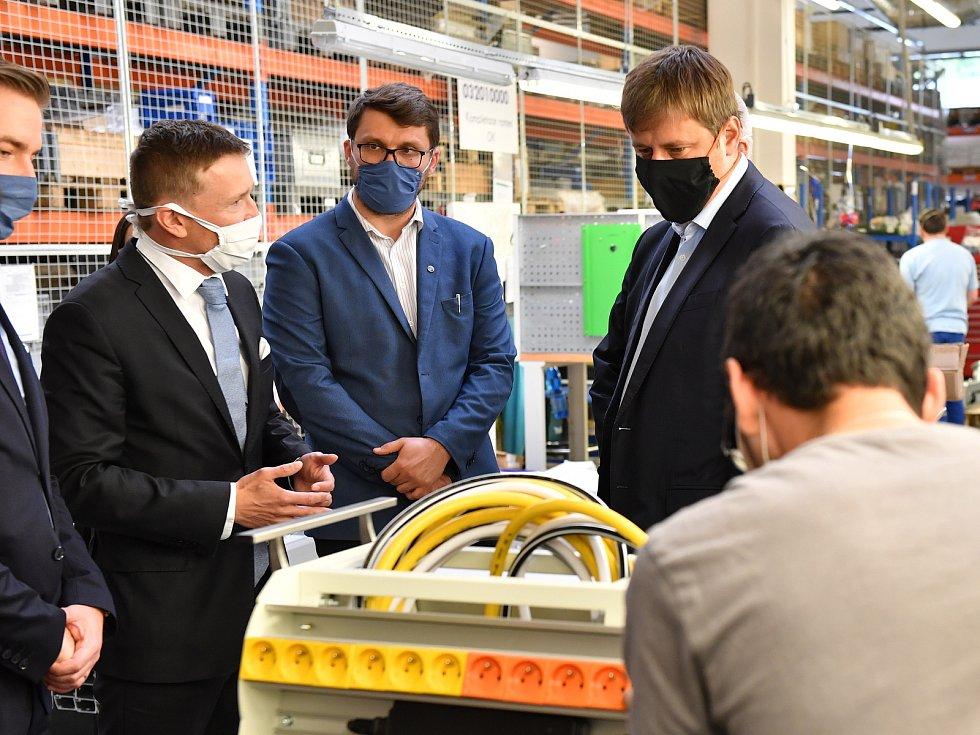 Ministr zahraničí Tomáš Petříček se přijel podívat do Rudníku, jak se vyrábí zdravotnická zařízení pro operační sály a jednotky intenzivní péče pro více než padesát zemí celého světa.