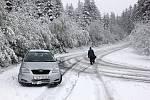 Sníh napadl i na Benecku, lidé si zimní gumy k autům vozili na kolečkách, na cesty vyjeli pluhy