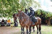 Na trutnovské faře vozíčkárům předvedli zásahy policisté na koních
