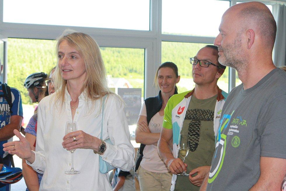 Markéta Navrátilová vystavuje fotky z Tour de France, kterou fotila 25 let, v Galerii Celnice v Malé Úpě. Je to unikátní výstava, protože běžně nevystavuje.