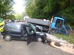 Nákladní auto se srazilo s osobákem.