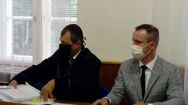 Obžalovaný Vojtěch Chaura z Pardubic (vpravo) u Okresního soudu v Trutnově.