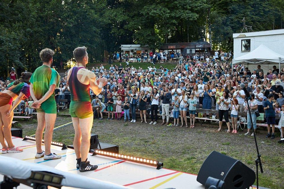Vystoupení Cirku La Putyka na trutnovském Bojišti.