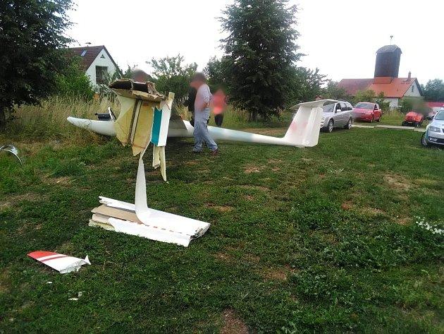 Nedaleko letiště vŽirči došlo kpádu větroně.