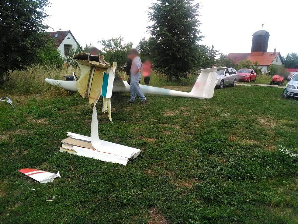 Nedaleko letiště v Žirči došlo k pádu větroně.