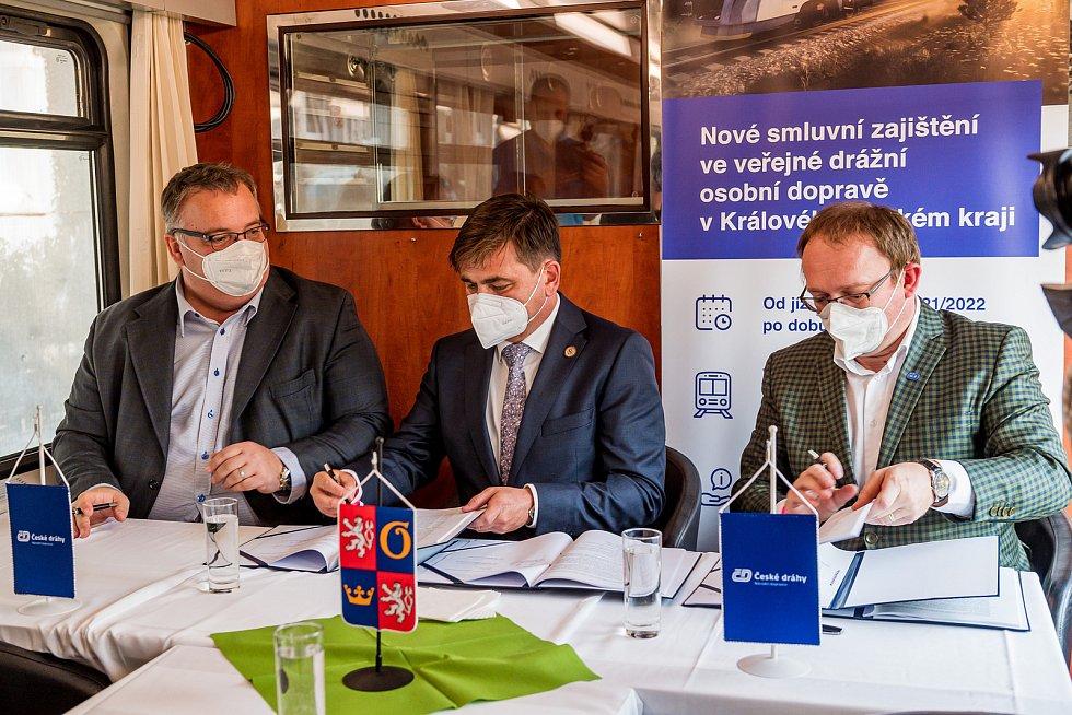 Hejtman Královéhradeckého kraje Martin Červíček (uprostřed) podepsal v neděli v Trutnově na vlakovém nádraží smlouvu s generálním ředitelem Českých drah Ivanem Bednárikem (vlevo) na 10 let.