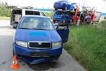 Podle řidiče poškozeného auta se uvolnil ve voze žebřík a poničil přední část vozu Škoda Fabia.