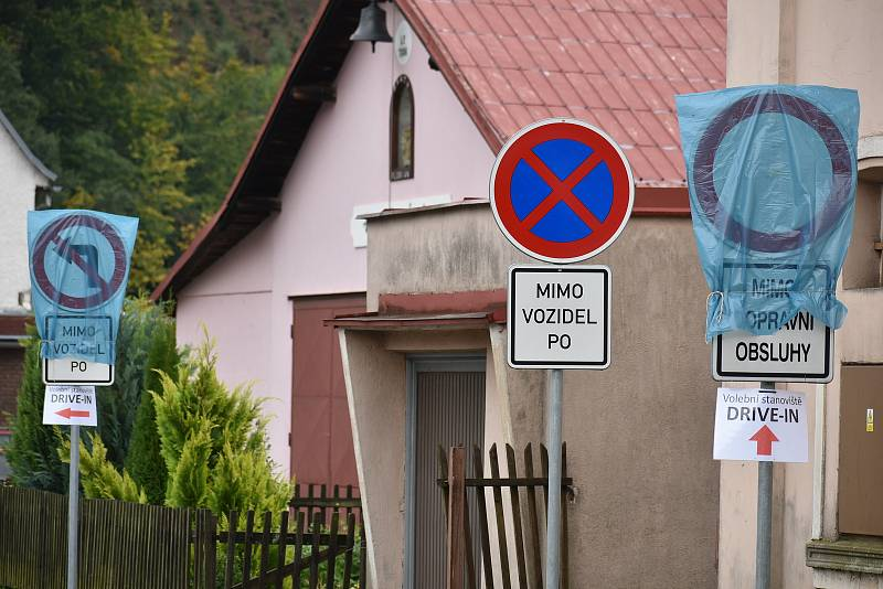 Drive-in stanoviště pro volby z auta vzniklo v Trutnově v hasičské zbrojnici v Horním Starém Městě.