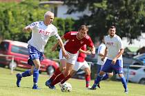 Fotbalisty Volanova (v červeném) čeká odvetný souboj s týmem Libče.