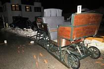 Splašení koně zdemolovali vůz záchranářů, zranili šest lidí