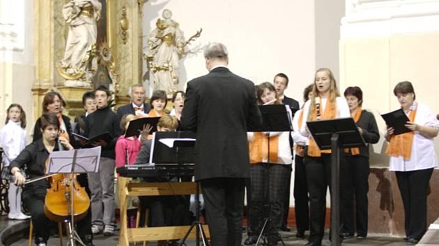 NÁVŠTĚVNÍCI Kostela Narození Panny Marie v Trutnově vyslechli například koncert duchovní hudby Zpěvy z Taizé