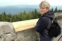 Z ROZHLEDNY NA VRCHU ŽALÝ se turisté dívají do okolí více než jedno století. Kamenná věž tu stojí od roku 1892.