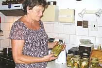 PRO VĚRU NOSKOVOU z Dolní Kalné je zavařování rodinnou tradicí. Ve sklenicích uchovává například okurky ze zahrádky, kořenovou zeleninu, marmelády i jídla z klasické kuchyně.