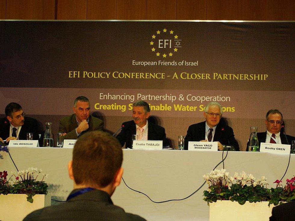 Csaba Tabajdi (uprostřed) připomněl v souvislosti s Izraelem i neblahé vyhlídky v dostupnosti vody rovinatých regionech střední Evropy