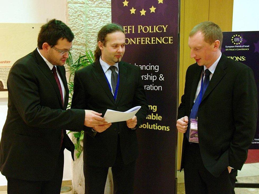Nad materiálem Institutu pouštních studií Ben Gurionovy univerzity s poslanci Janem Chvojkou a Václavem Zemkem (uprostřed)