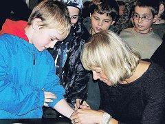 PŘI SETKÁNÍ SE SPISOVATELKOU a cestovatelkou Simonou Wágnerovou si rtyňští školáci nenechali ujít ani autogramiádu. A podepisovalo se, kam to šlo.