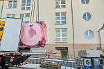 Pečlivá manipulace byla potřeba k umístění šest tun vážícího hlavního dílu magnetické rezonance do trutnovské nemocnice.