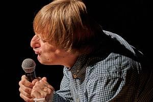 Kdo nepláče, není Čech. Představení, se kterým přijel do trutnovského Uffa pobavit diváky herec Lukáš Pavlásek, nenechalo bránice obecenstva v klidu.