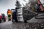 Na úzké silnici na hřebenech Krkonoš ležel převrácený autobus...