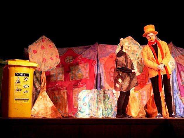 Pohádkové štěně Balynka učí děti třídit odpady. S představením přijelo do Krkonoš