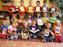 S KNIHOU I DENÍČKEM odcházeli domů rtyňští druháci v rámci projektu Škola naruby. Ten je zaměřen především na podporu čtení v rodině.