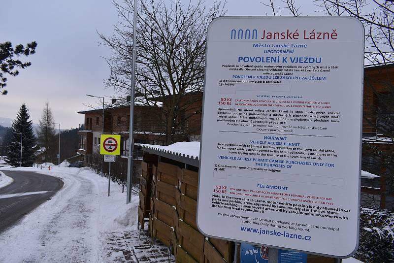 Vjezd do lázeňské zóny v centru Janských Lázní je zpoplatněn.