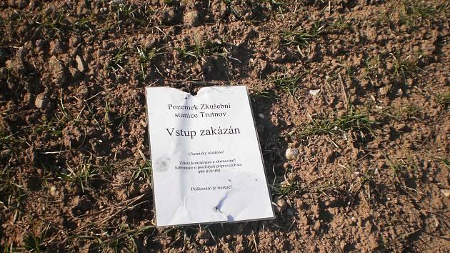 Polní plodiny, určené k pokusům, neváhají lidé krást navzdory upozornění, že jsou chemicky ošetřené a nevhodné ke konzumaci.