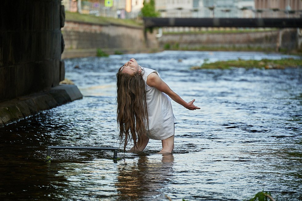 Vystoupení Elišky Brtnické Fish Eye na řece Úpě při festivalu Cirk-UFF v Trutnově.