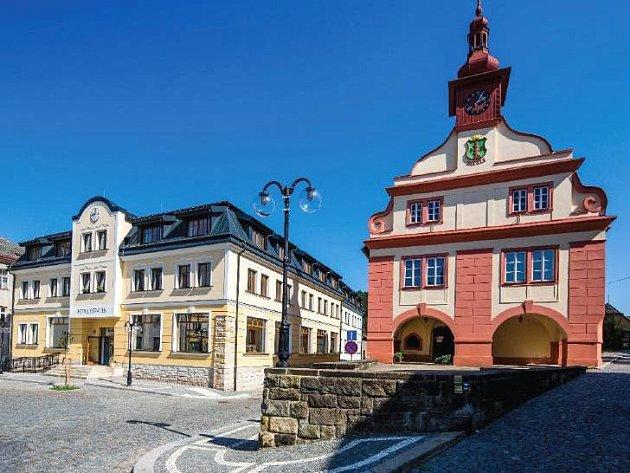 ARCHITEKTURA nové podoby Hotelu Beránek na úpickém náměstí (vlevo) skvěle ladí s tamním muzeem. Po roce fungování je ale budova už pátým měsícem uzavřená.