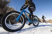 FATBIKY S EXTRÉMNĚ tlustými plášti umožňují pohodlnou jízdu na kole i v zimě. Pozor ale na upravované lyžařské trasy v Krkonošském národním parku. Tam je nově vjezd zakázaný.