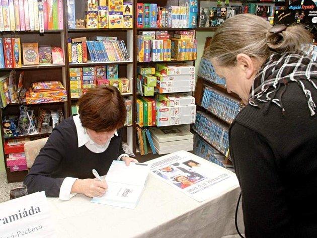 KVĚTA JERIOVÁ PECKOVÁ se zájemcům podepisovala v Jilemnici při autogramiádě své knihy Vzpomínky lyžařské. Akce se uskutečnila během tradičního vánočního jarmarku.
