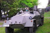 Vojenská technika znovu obklopila tvrz Stachelberg