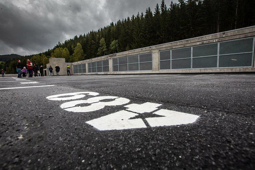 V Peci pod Sněžkou je hotová stavba parkovacího domu, v provozu bude od prosince.