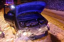 Při nehodě v Peci pod Sněžkou řidič narazil do opěrné zdi.