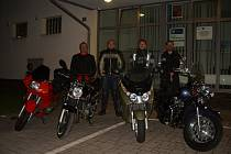 Stovka policistů vyrazila podél republiky na motorkách s kasičkou.