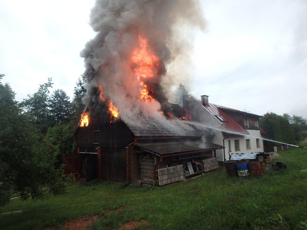 Ve středu ráno vzplála stodola v Horní Kalné. Osmi jednotkám hasičů se podařilo ubránit před plameny rodinný dům.