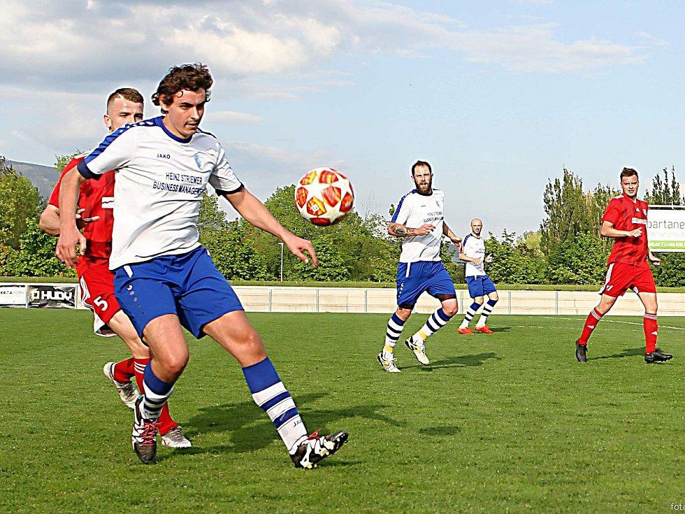 Na snímku z utkání se v bílém vrchlabském dresu zleva srovnali Lukáš Hájek, Pavel Kraus, Zdeněk Kout.
