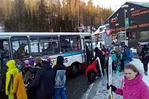Parkovací plochy v Janských Lázních a Peci pod Sněžkou byly zcela obsazené, lyžaře a snowboardisty vozily k lanovkám a vlekům skibusy.