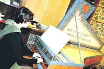 VÝUCE HRY NA CEMBALO se v úpické Základní umělecké škole věnuje Kristýna Konečná.
