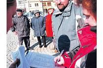 PODPORU GYMNÁZIU v Jilemnici vyjadřuje i veřejnost. Petiční archy se plní již tisícovkami podpisů.