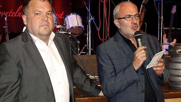 Degustace nového piva Tambor - Nasik Kiriakovský a ředitel Deníku Východní Čechy Karel Tejkl