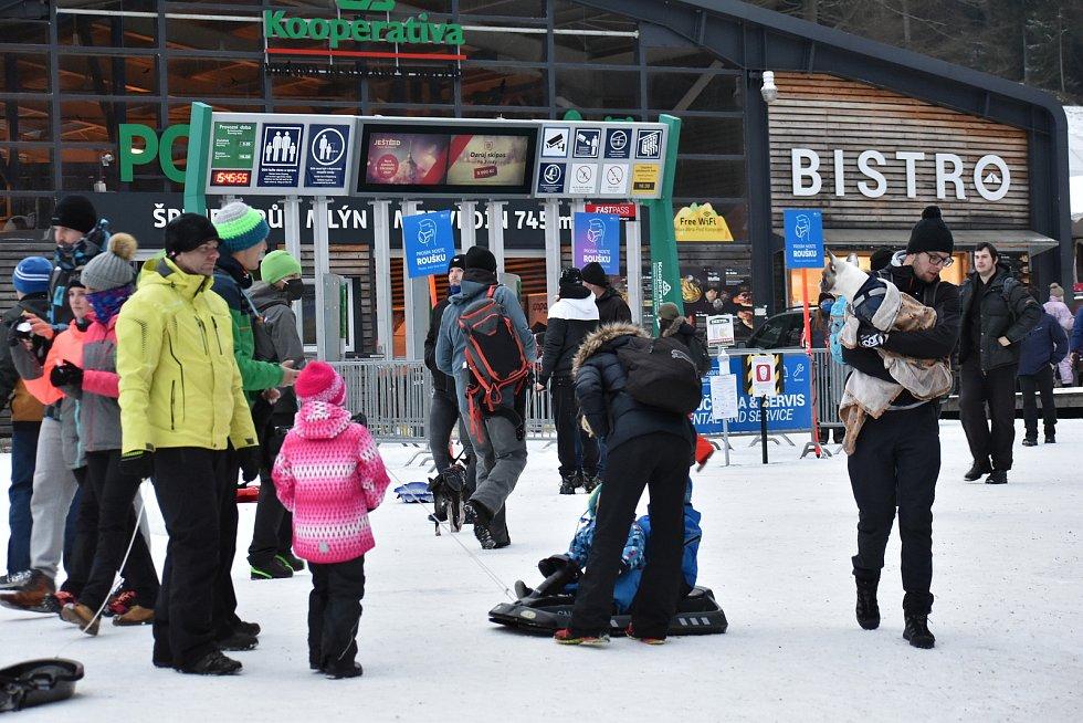 Ve Špindlerově Mlýně u dolní stanice lanovky na Medvědín bylo v sobotu hodně lidí.