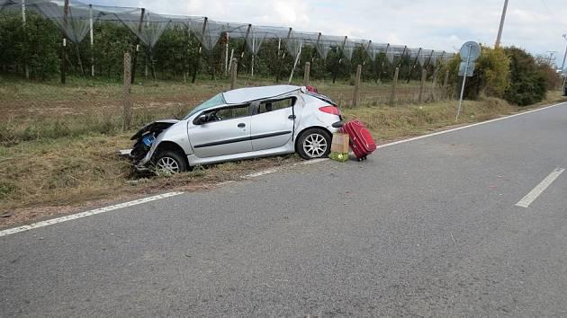 Peugeot se převrátil přes střechu.