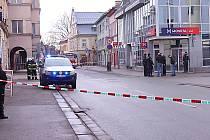 Anonym nahlásil v pátek ráno umístění bomby v jedné z bank ve Vrchlabí. Zaměstnanci banky i vedlejší budovy byli evakuováni, policie uzavřela část ulic Krkonošská a V. Hálka.