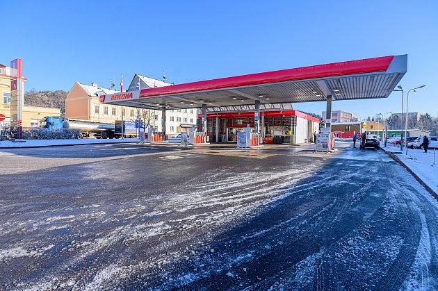 Na čerpací stanici Benzina vTrutnově uLidlu došlo ve čtvrtek před čtvrtou hodinou ráno ke krádeži, po které zloděj napadl městské strážníky.