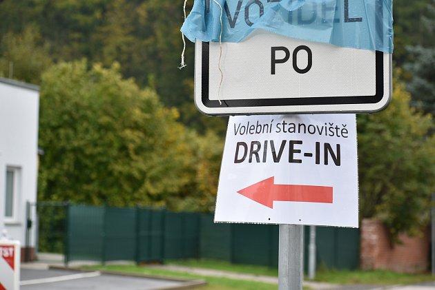 Drive-in stanoviště pro volby zauta vzniklo vTrutnově vhasičské zbrojnici vHorním Starém Městě.