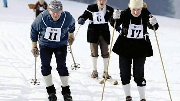 V BĚHU, SLALOMU I SKOKU se utkali lyžníci při třetím ročníku Historického trojboje na ski. Vloni jim klání znemožnila příroda skoupá na sníh, letos ale byly podmínky velmi dobré.