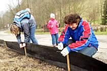 ZÁBRANY NA SILNICÍCH instalují i účastníci ekologicky zaměřených akcí.