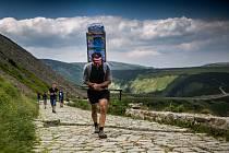 Šerpové vyjdou s velkou zátěží od dolní stanice lanovky v Peci pod Sněžkou až na vrchol nejvyšší české hory.